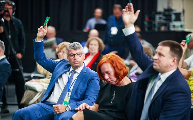 Михаил Корб, Майлис Репс и Юри Ратас на конгрессе центристов.
