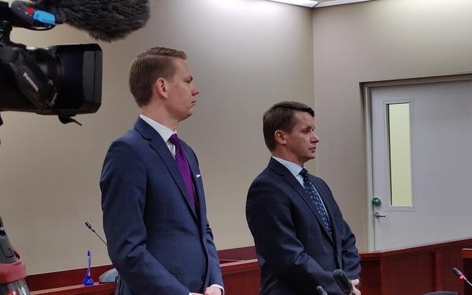 Валво Семиларски (справа) и его адвокат Оливер Няэс в зале суда.
