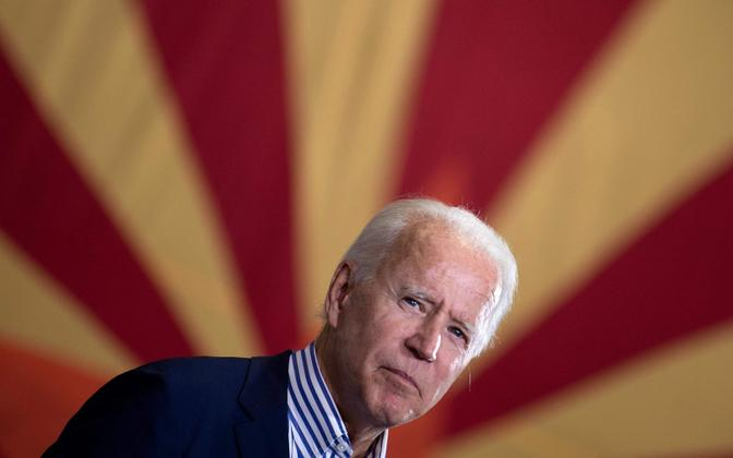 Joe Biden kampaaniakoosolekul Arizona lipu ees.