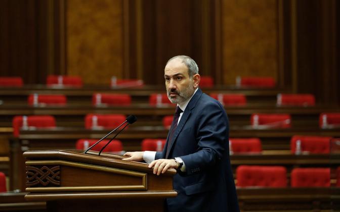 Armeenia praeguse valitsuse juht Nikol Pašinjan parlamendi ees.