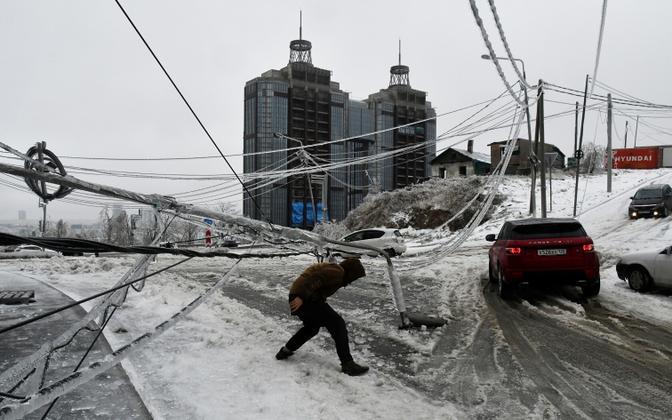 Ледяной дождь парализовал работу транспорта и сферу жилищно-коммунального хозяйства.