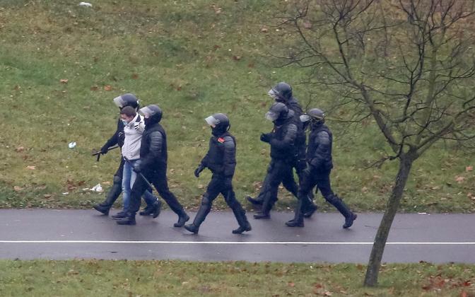Minski miilitsad kinnipeetud meeleavaldajaga.