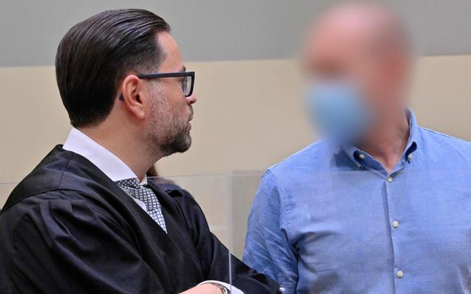 Mark Schmidt (paremal) kohtuistungil