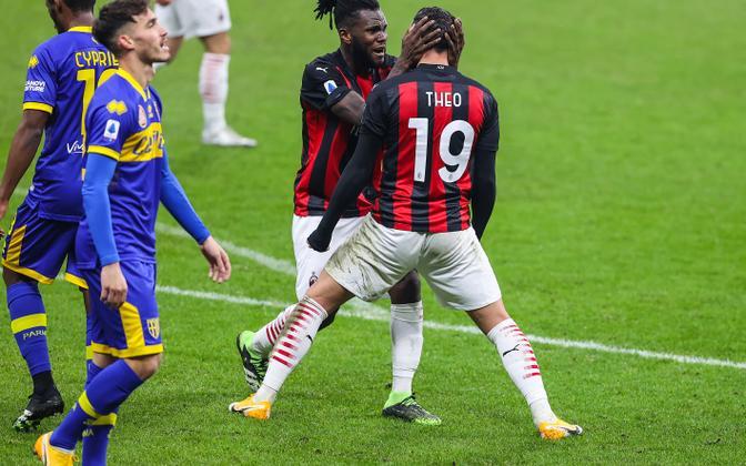 AC Milani mängijad väravat tähistamas