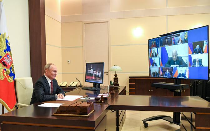 Venemaa president  Vladimir Putin suhtlemas valitsuse liikmetega