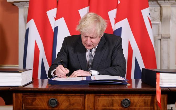 Johnson allkirjastamas lepet.