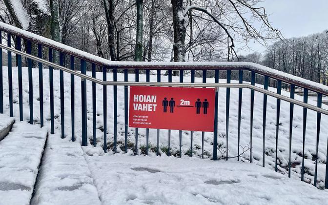 A coronavirus social distancing sign in Tartu.