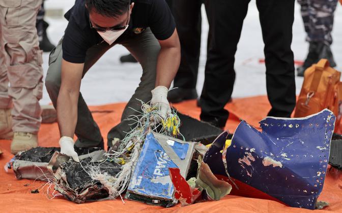 Võimud usuvad, et leitud tükid kuuluvad laupäeval kadunuks jäänud lennukile.