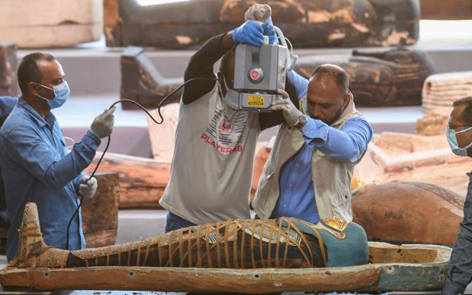 Egiptuse teadlased Saqqaras leitud puust sarkofaagis asunud muumiat läbi valgustamas.