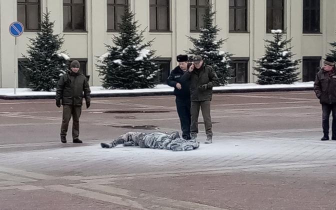 Miilitsatöötajad enesesüütaja ümber Minski keskväljakul.