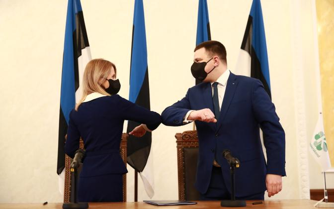 Kaja Kallas and Jüri Ratas sign the coalition agreement between their parties.