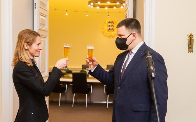 Jüri Ratas andis peaministriameti Kaja Kallasele üle.