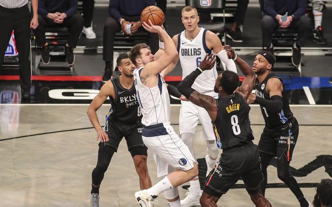 Luka Doncic viskel mängus Brooklyn Netsi vastu
