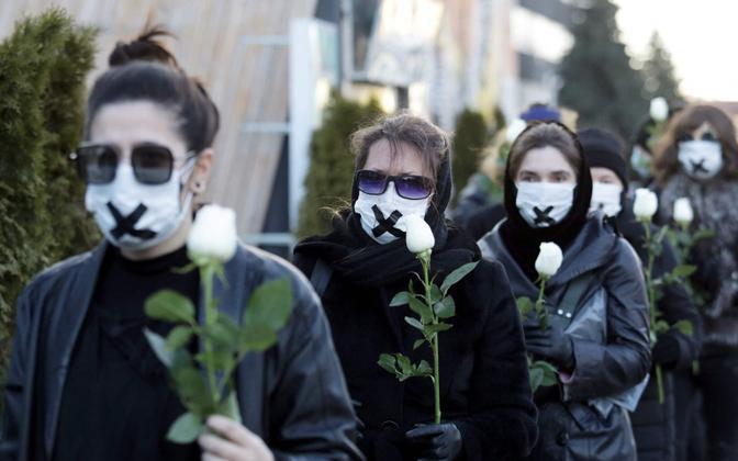 Valgevene naised protestimas opositsioonimeelse protestija tapmist kajastanud ajakirjaniku ja arsti vangimõistmise vastu.