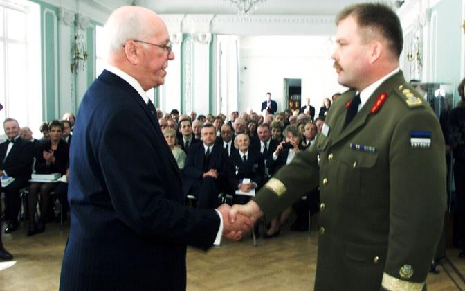 Johannes Kert president Lennart Merilt ordenit saamas.