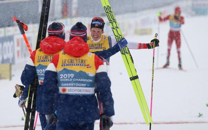 Koondisekaaslased tormasid Johannes Hösflot Kläbot finiši järel embama.