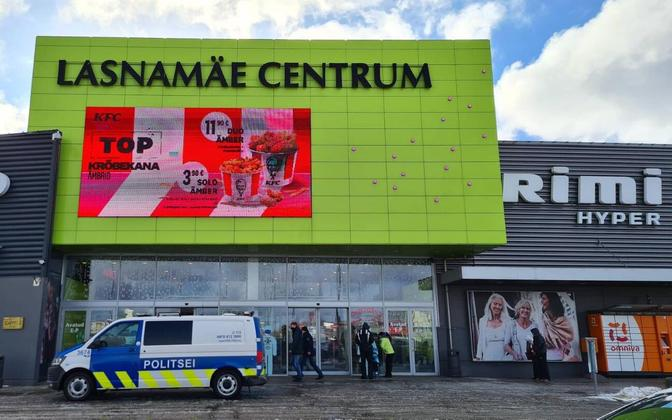 The police monitoring mask-wearing at the Lasnamäe Centrum shopping center.