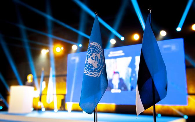 The Estonian and UN flags.