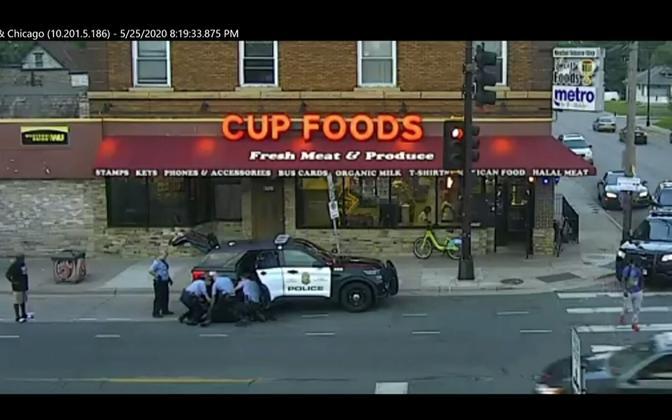 Сцена задержания Джорджа Флойда, заснятая камерой видеонаблюдения.