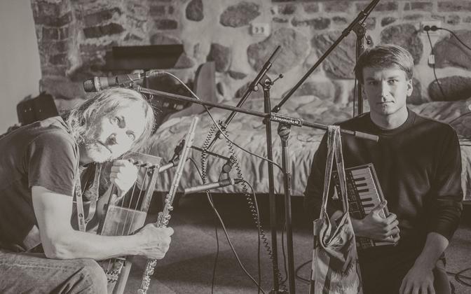 Fotol Aigar Vals (paremal) ja Ramo Teder pärimusmuusika aida keldris.