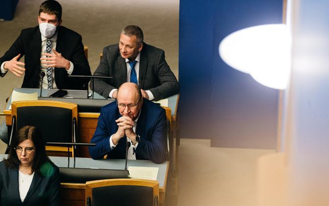 EKRE fraktsiooni liikmed riigikogu suures saalis.