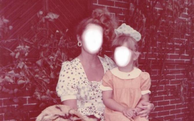 """Telefonikõne saateks vaatamiseks postiga edastatud perekonna- või muudel isiklikel fotodel oli jutustajate nägu """"söövitatud"""" valgeks laiguks."""