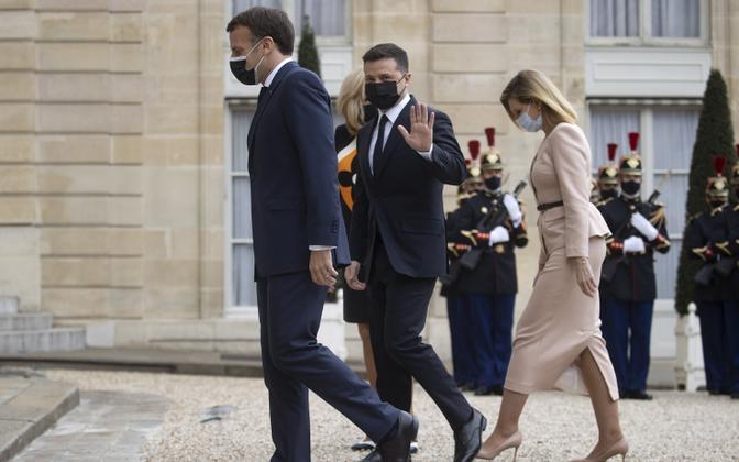 President Emmanuel Macron ja Ukrainia president Volodõmõr Zelenskõi abikaasa Olena Zelenskaga 16. aprillil Elysee palees Pariisis.