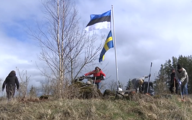 Enthusiasts clearing a site of a Great Northern War battle.