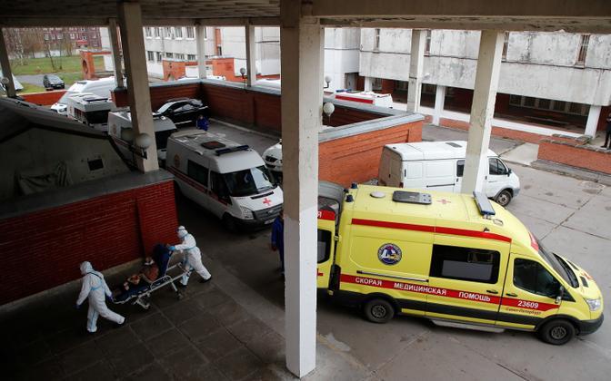Koroonapatsiente haiglasse toimetavate kiirabiautode ummik Peterburi haigla ees mullu novembris