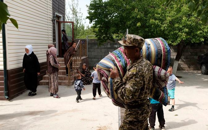 Kõrgõzstani sõdur aitab kohalikel evakueeruda