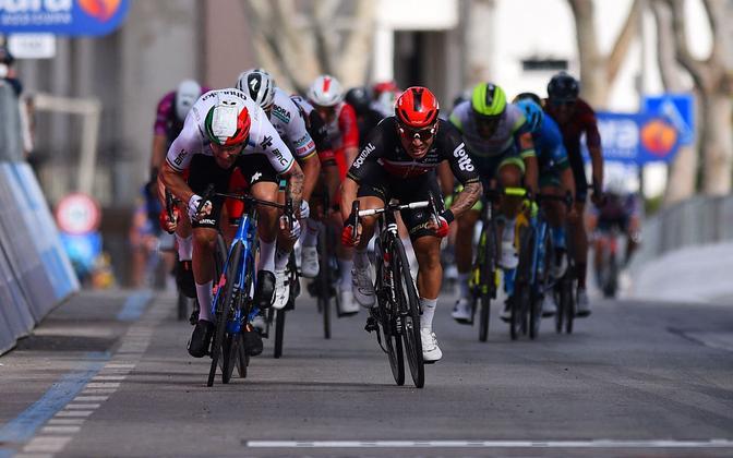 Itaalia velotuuri viienda etapi sprindifiniš, võitja Caleb Ewan paremal