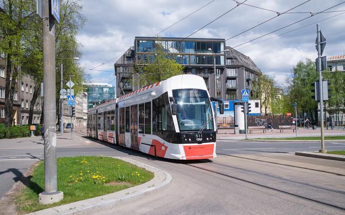 Трамвай в центре Таллинна.