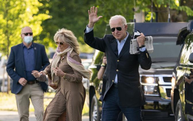 Joe Biden abikaasaga Valge Maja juures kopterisse siirdumas.