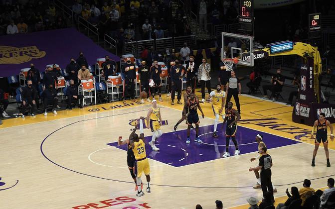LeBron James viskas Lakersi võidukorvi.