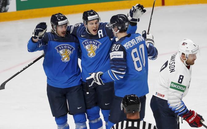 Soome koondislased väravat tähistamas.