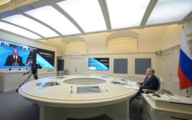 Vladimir Putin videokohtumisel, kus kõneleb Joe Biden.