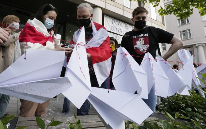 Poolas tulid Valgevene opositsiooni toetajad välja paberlennukitega