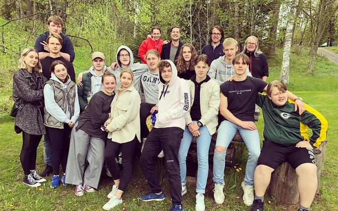 Youth helping with 2021 spring clean-up at the Swedish-Estonian children's camp 'Metsakodu'.