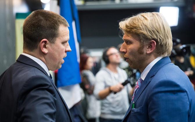 Jüri Ratas (left) chatting to Jaanus Karilaid.
