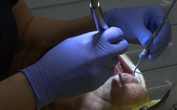 Ortodondid endal kodus ise hambaid ravida ei soovita, ent hambarivi sirgeks saamiseks tuleks pöörduda ikka kutsetunnistusega ortodondi poole, mitte lihtsalt hambaarstile.