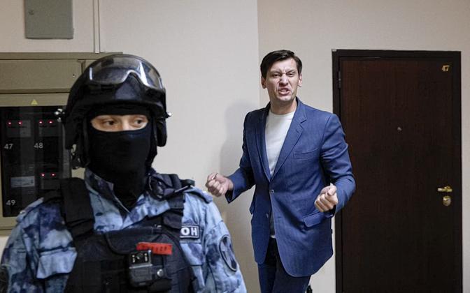 Dmitri Gudkov oma Moskva-lähedase kodu läbiotsimisel.