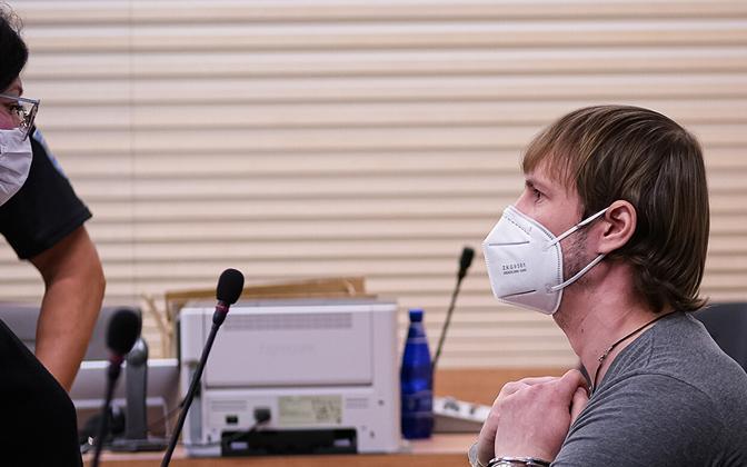Роман Глуховченко беседует со своим адвокатом.
