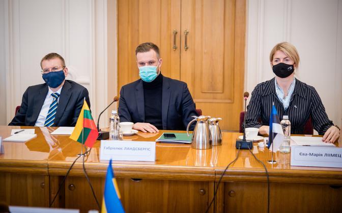 Läti välisminister Edgars Rinkēvičs (vasakul), Leedu välisminister Gabrielius Landsbergis ja Eesti välisminister Eva-Maria Liimets ühisel visiidil Kiievis.