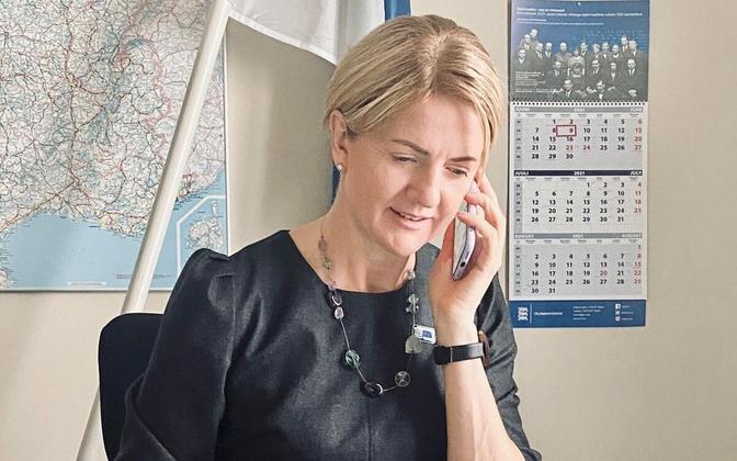 Министр иностранных дел Эстонии Эва-Мария Лийметс разговаривает с еврокомиссаром по транспорту Адиной Валеан.