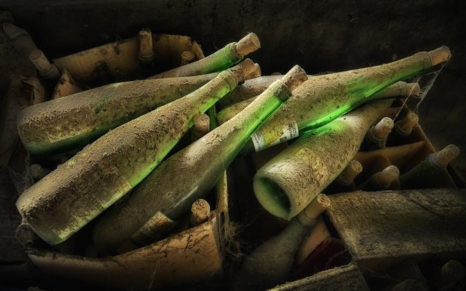 Читательница Maaleht из Йыхви нашла у себя дома сотню бутылок старого вина. Иллюстративная фотография.