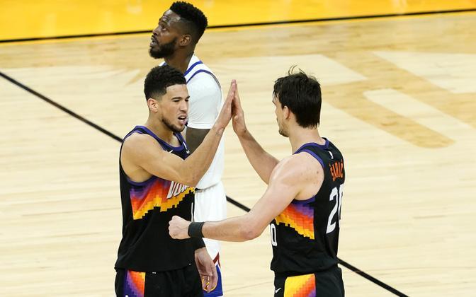 Devin Booker ja Dario Saric (Phoenix Suns)