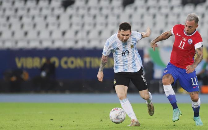Lionel Messi võitlemas Eduardo Vargasega