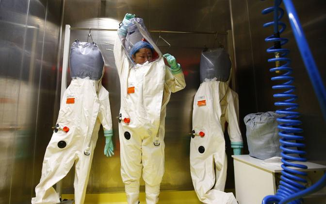 Wuhani labori teadlane kaitseriietust selga panemas.