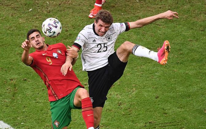 Thomas Müller (paremal) ja Andre Silva palli pärast võitlemas