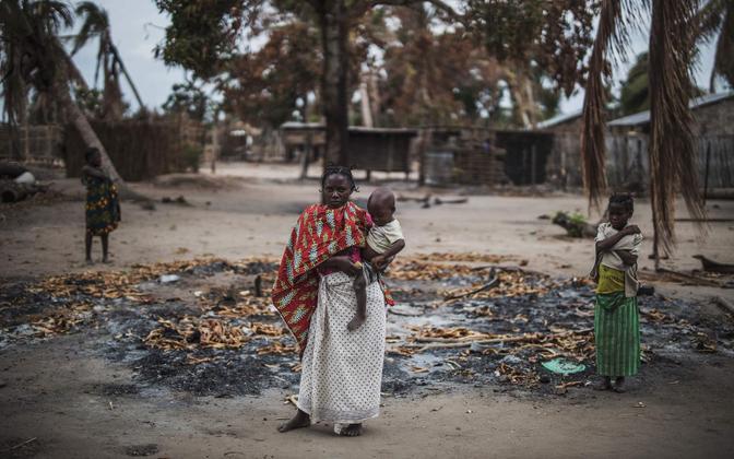 Mosambiigi naine Cabo Delgado provintsis islamistide rünnaku alla sattunud külas mahapõletatud maja  varemete ees.